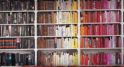 https://woongeluck.nl/wp-content/uploads/kleur-overlopen-indeling-boekenkast.jpg